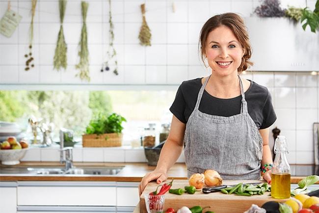 Lina Gebäck i ett kök fullt med matingredienser