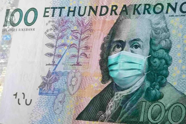 Svensk hundrakronorssedel där man lagt över en ansiktsmask över ansiktet med photoshop