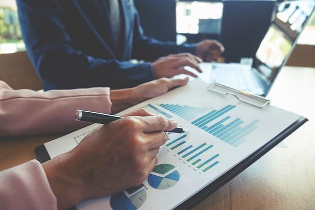 affärsmän diskuterar siffror och tabeller