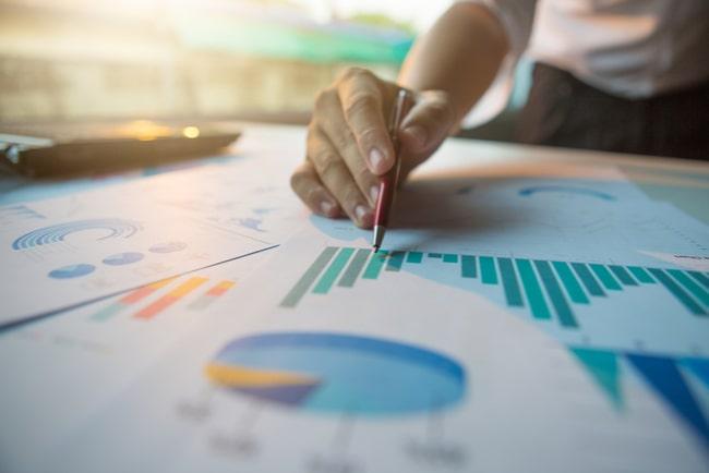 affärsman arbetar med statistik, diagram och grafer