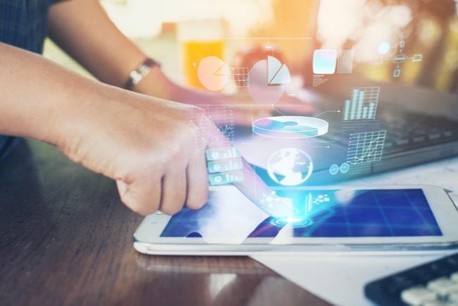 kvinna anlyserar marknadsföring via surfplatta och laptop